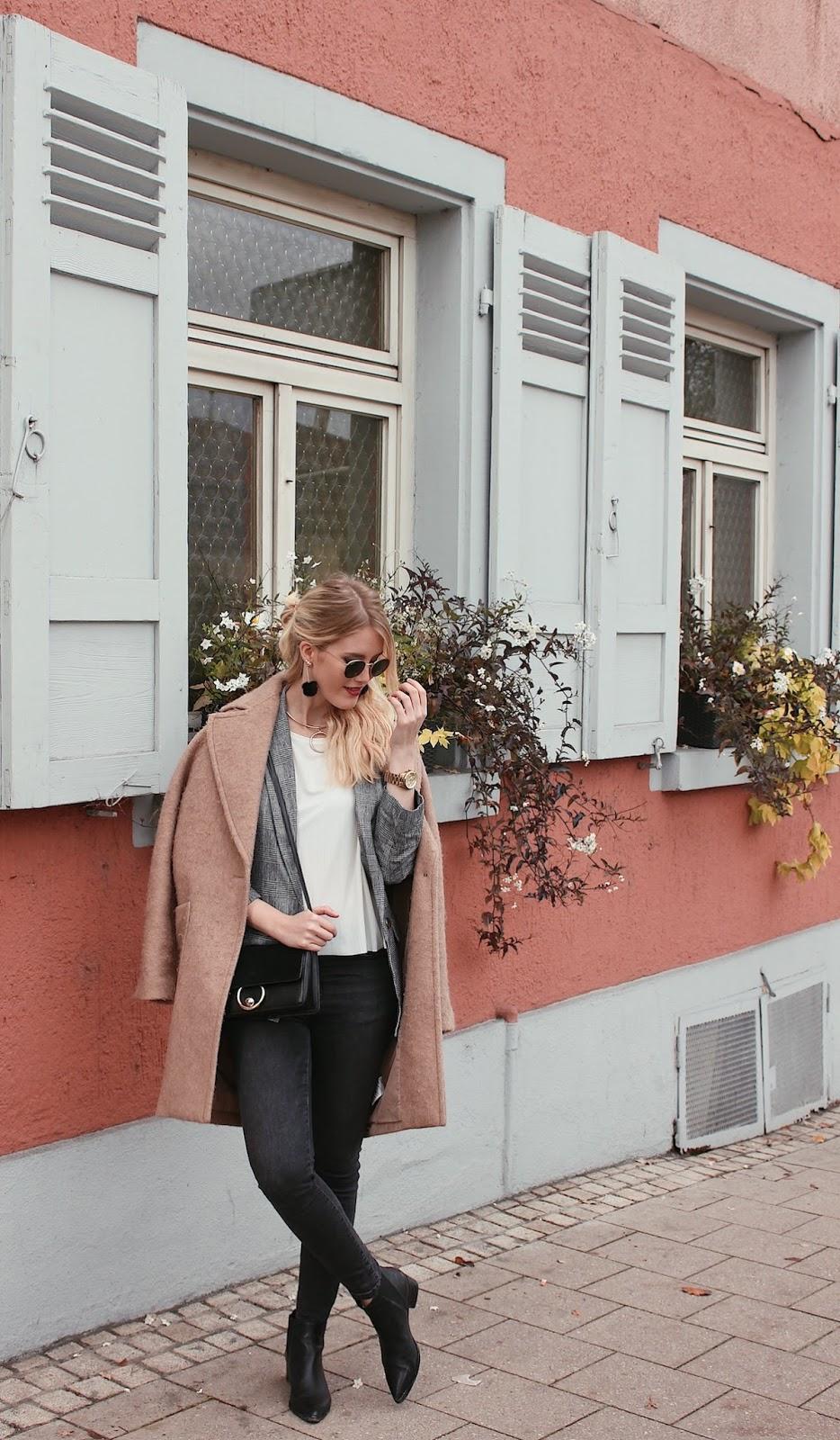 Einfaches Kombinieren mit Basics - beiger Mantel und dunkelgrauer Denim in zwei Looks mit kariertem Blazer und Chloé Drew Strickmantel Karoblazer Trend Fashionblog Stuttgart