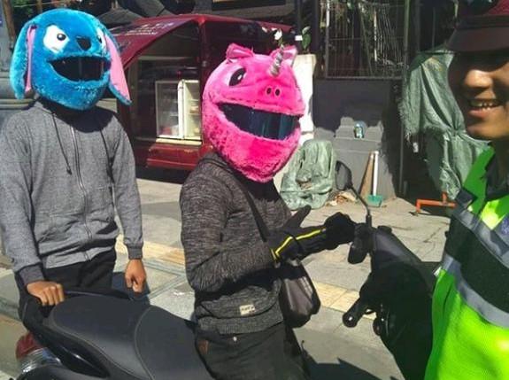 2 pumuda asal bandung menggunakan sarung helm elmo di stop polisi