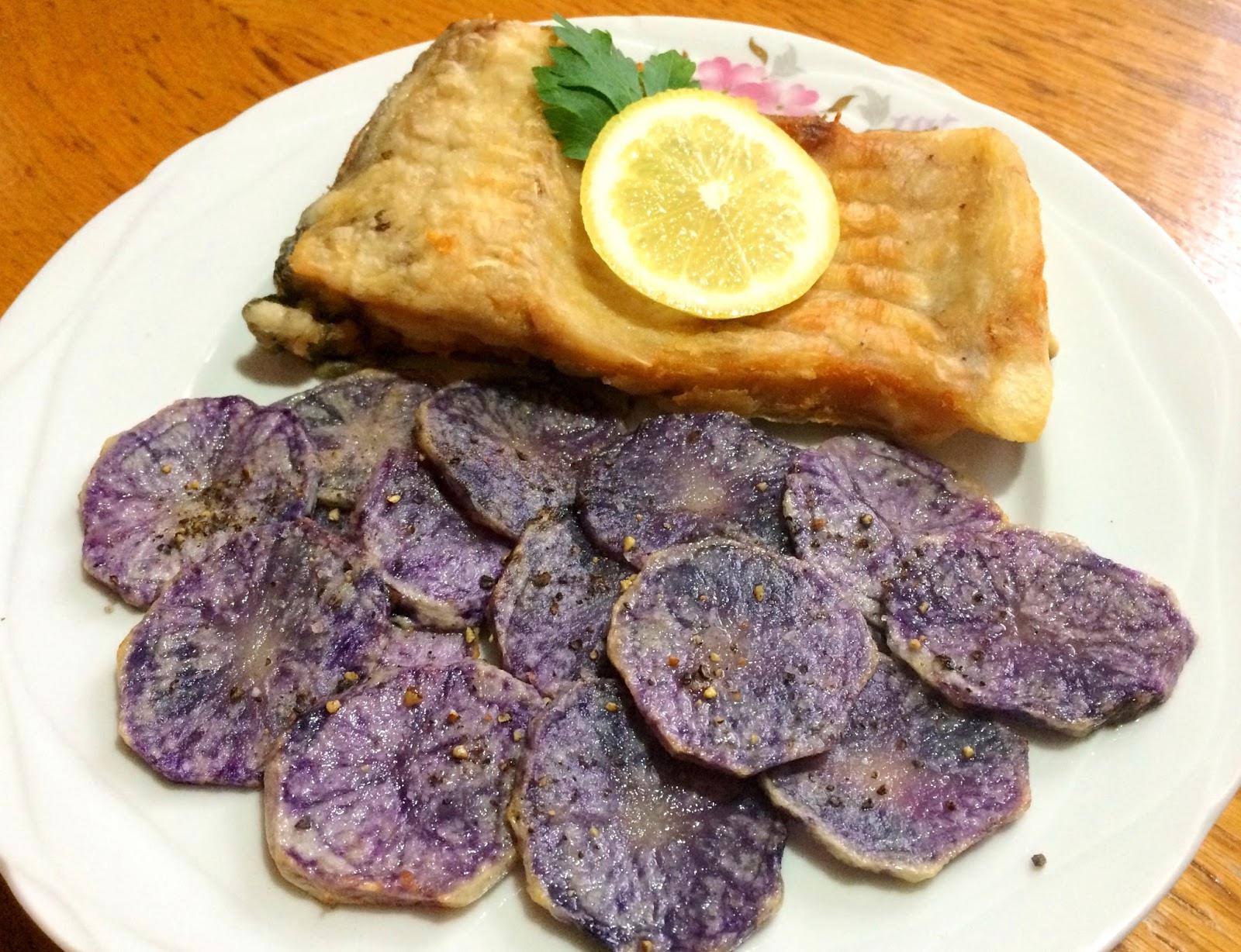 Crap în crustă și chips-uri de cartofi violet