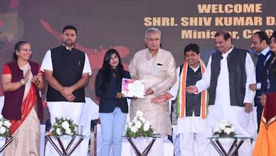मुख्यमंत्री भुपेश बघेल आज रायपुर जिले के आरंग विकासखण्ड के ग्राम गुल्लू में मैट्स यूनिवर्सिटी के वार्षिक उत्सव में शामिल हुए