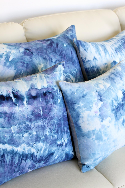 DIY Ice Dye Pillows | @danslelakehouse