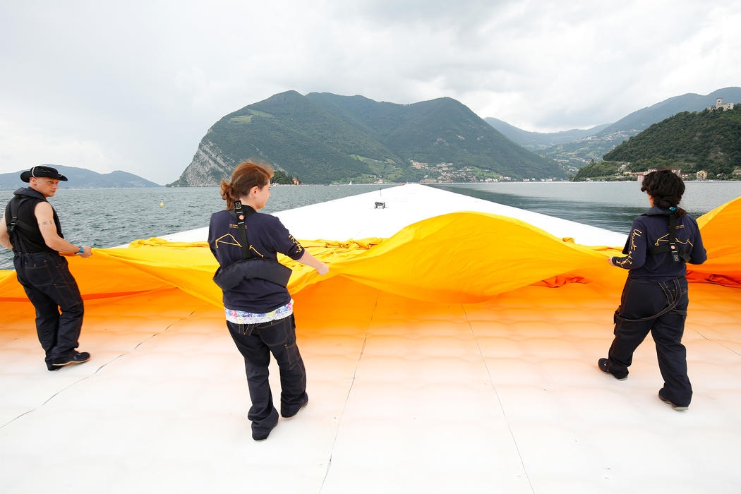 15-Christo-and-Jeanne-Claude-The-Floating-Piers-Walkways-on-Lake-Iseo-Italy-www-designstack-co