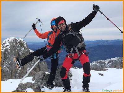 Celebrando cima en la cumbre de Los Fontanes