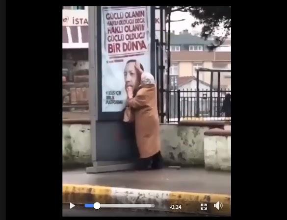 Pemimpin yang sangat dicintai rakyatnya, Seorang nenek sampai bersihkan foto Erdogan di baliho