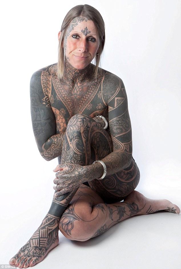 Tatuajes Cuerpo Entero mujer celebra su divorcio solicitando a su nuevo compañero que le