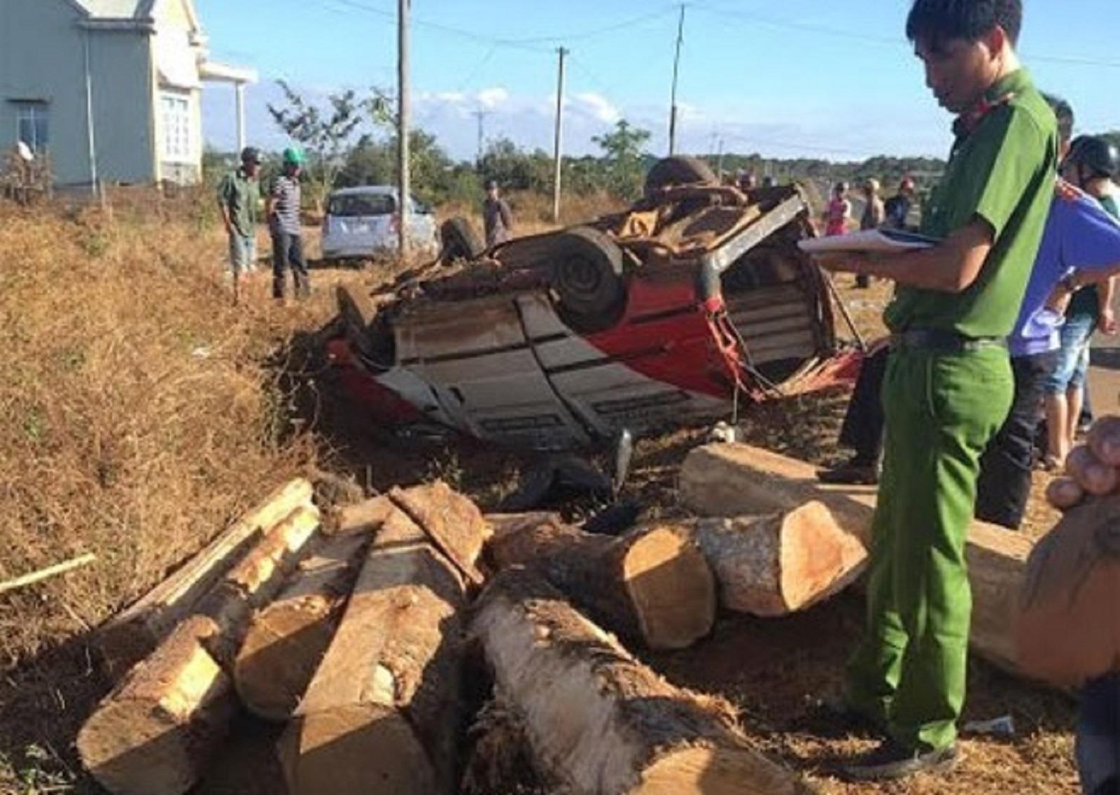Gia Lai: Xe chở gỗ lật, 2 người chết