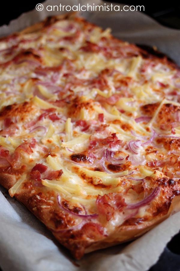 Pizza Bianca con Stracchino, Bacon, Cipolle e Patate