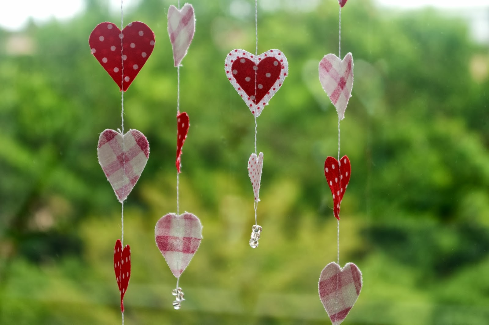 http://stitchingnotes.blogspot.com/2014/01/tutorial-fabric-hearts-garland.html
