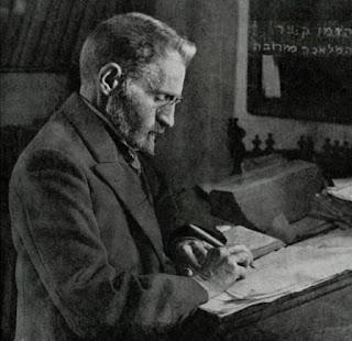 Eliezer Ben-Yehuda nació en Luzhki, Lituania, el 7 de enero de 1858 y fue un lexicógrafo y editor de periódicos lituano-judíos. Nacido con el nombre Eliezer Yitzhak Perelman, se lo reconoce por ser el principal responsable del renacimiento y la reimplantación del hebreo como lengua hablada y escrita en la modernidad.