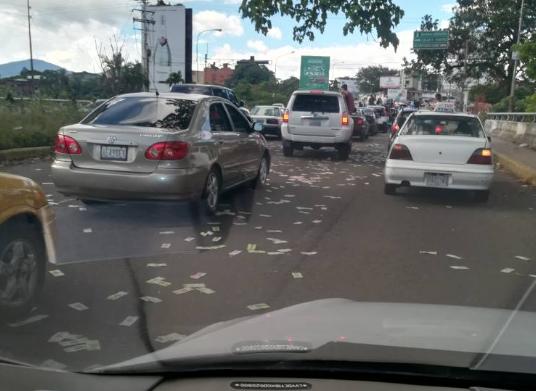 Bachilleres de San Cristóbal celebraron lanzando miles de billetes de Bolívar por las calles
