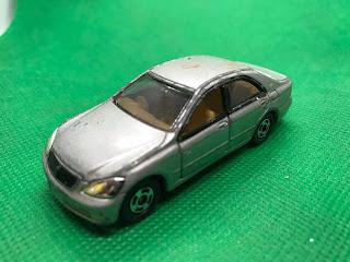 トヨタ クラウン のおんぼろミニカーを斜め前から撮影