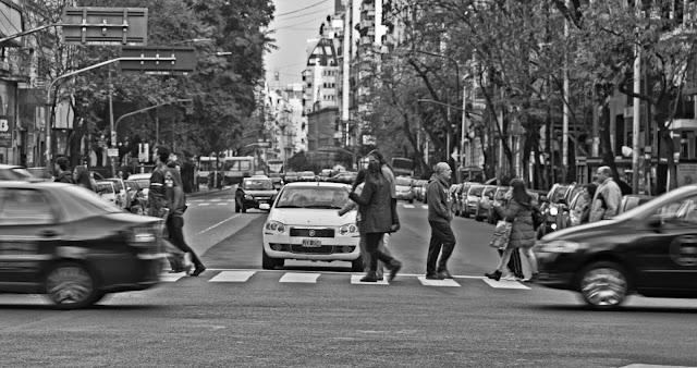 Cruzando Callao gente en fila.
