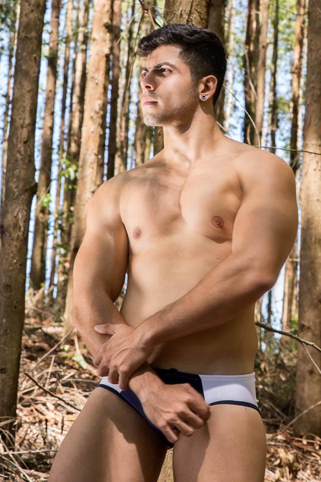 De sunga, modelo fitness Pedro Henrique mostra o corpo sarado em ensaio. Foto: Leonardo Santos