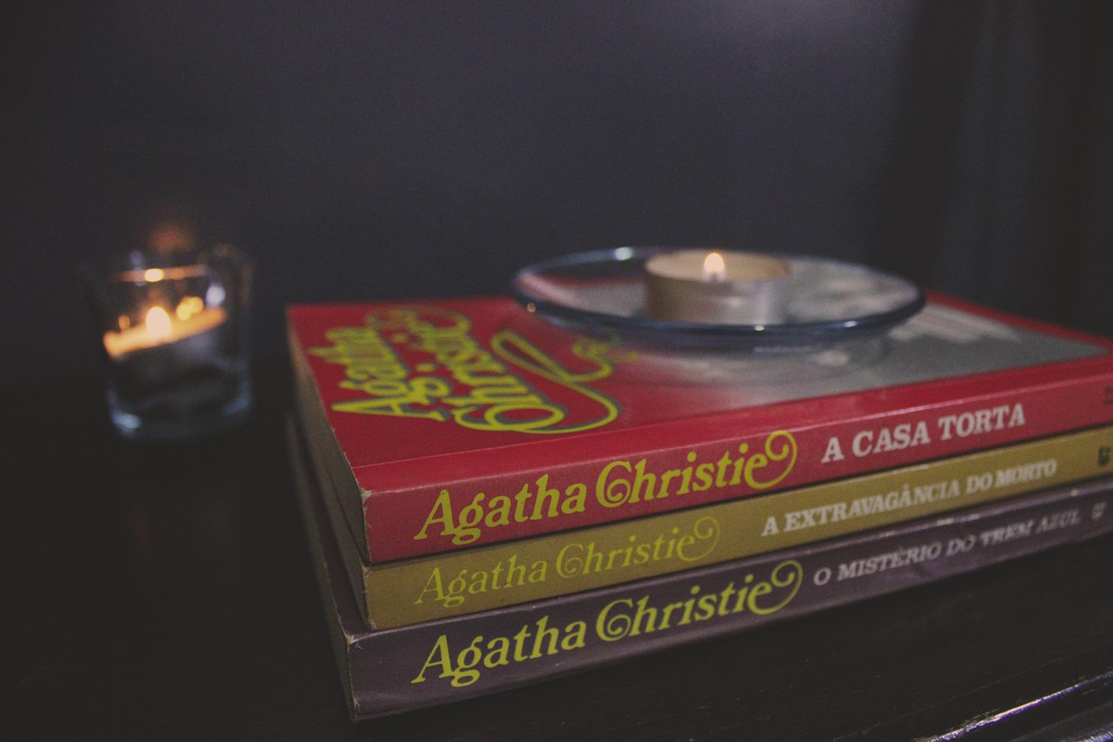 livros empilhados velas