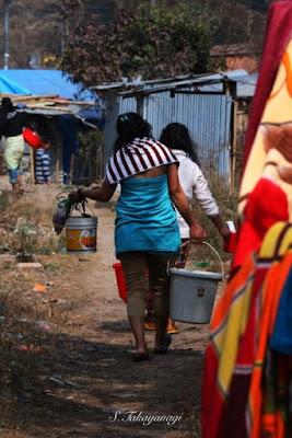 Nepal Bungamati 井戸から水を家に運んでいる女性たち