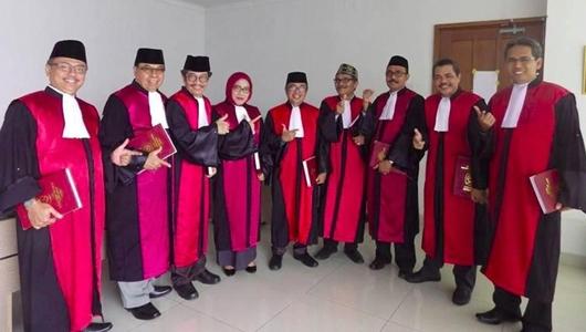 Para Hakim Pose 'Salam Dua Jari', Ini Kata Ketua PN Jakpus