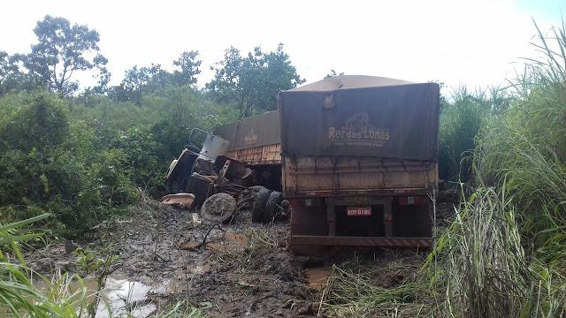Carreta sai da pista, tomba e condutor morre preso nas ferragens no Maranhão