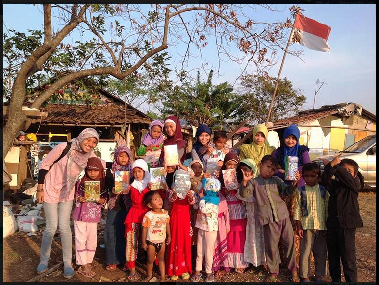 Donasi buku dari SAJUBU kepada adik-adik Kabasa