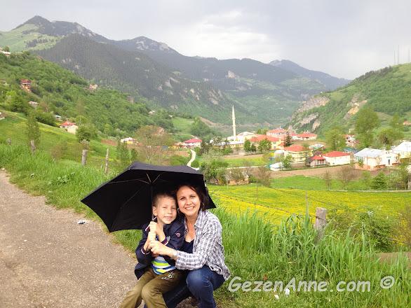 Hamsiköy'ün güzel doğası içinde çiseleyen yağmur altında oğlumla, Trabzon
