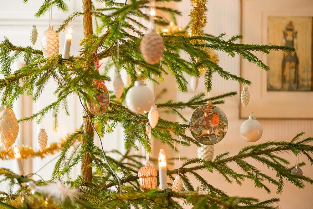 Ihania joulukuusen koristeita metsäkuusessa