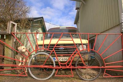 Puerta hecha con llantas de bici