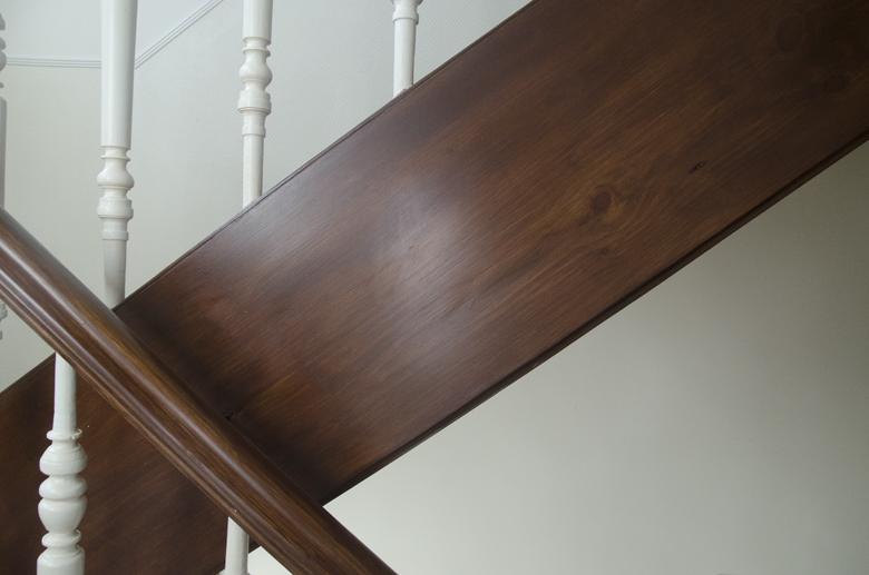 odrestaurowane drewno na klatce schodowej