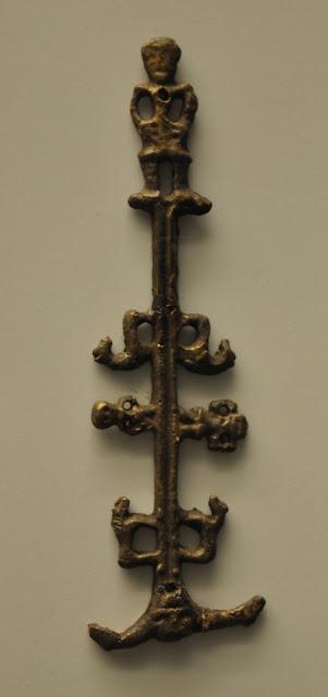 słowiański idol eksponowany w muzeum w Oledenburgu - kosmos