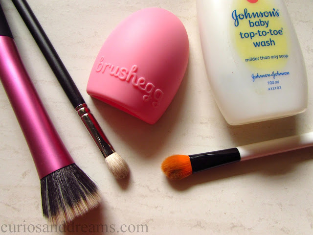 Cleaning my Makeup Brushes, how i clean makeup brushes