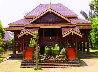 Rumah adat Lampung ialah Rumah Sesat yang digunakan untuk musyawarah tertinggi antara marga marga, Jambal Agung atau Lorong Agung adalah nama tangga menuju rumah sesat.