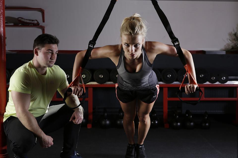 Mujer entrenando con trx (entrenamiento en suspensión)