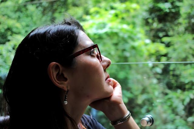 Liliam observando as jacas no caminho do Trem do Corcovado... no lado em que só dá pra ver jacas mesmo.