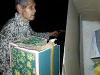 Kakek Ini Berjalan Pulang Dengan Senang Dapat Sembako, Tapi Di Jalan Ia Mengalami Hal Ini Sampai Bikin Netizen Nangis