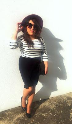 foto final del post con sombrero fedora burgundy (hat) primark, falda midi /skirt de zara heels negros tacones, jersey bicolor de rayas que es tendencia, labial mac makeup y gafas de sol black de primark