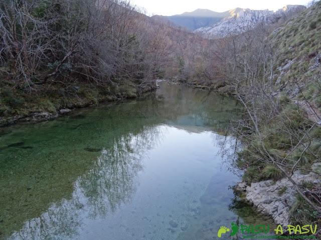 Reflejo sobre las tranquilas aguas del Río Dobra