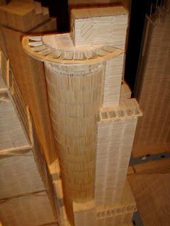 Maqueta de edificio famoso con palillos de dientes.