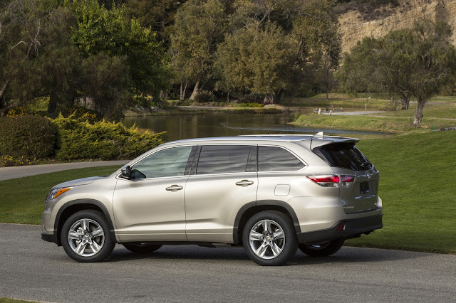 Side view of 2016 Toyota Highlander