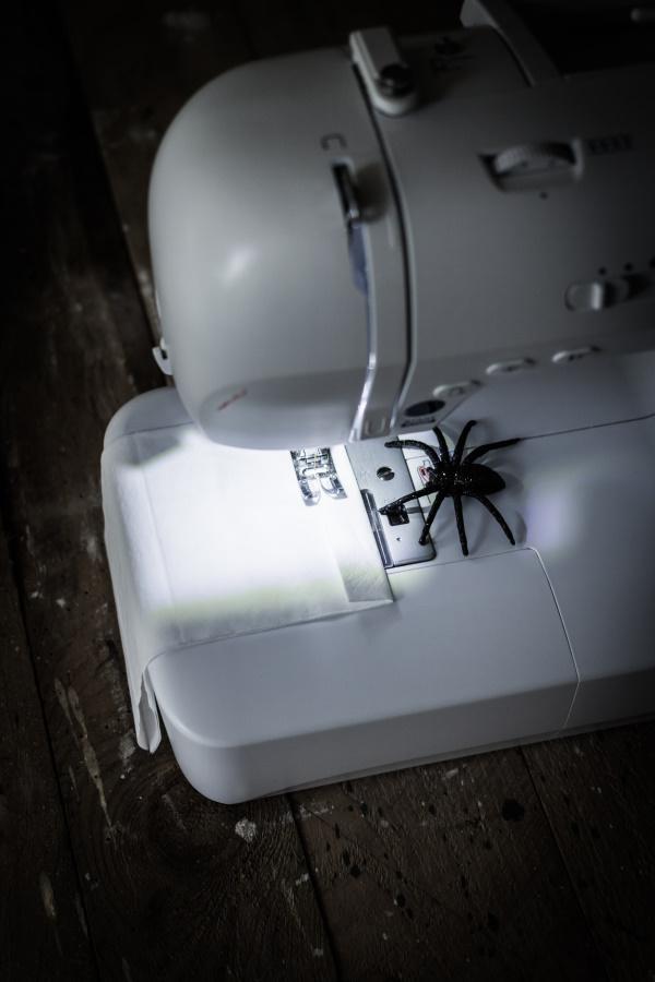 DIY Halloween Dekoration - Schritt 2: Anleitung für eine schaurige Wimpelkette aus Tempo-Taschentüchern. Happy Crafting by titatoni.de