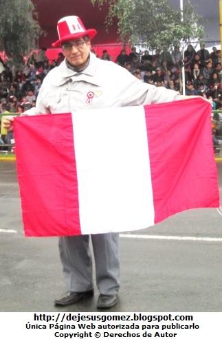 Mi papá con la bandera del Perú. Foto de papá tomada por Jesus Gómez