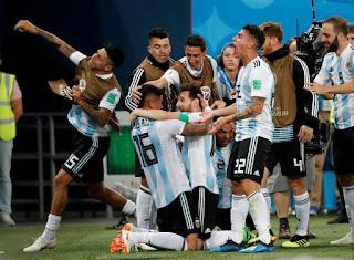 Argentina vence a Nigéria em jogo nervoso e segue na Copa