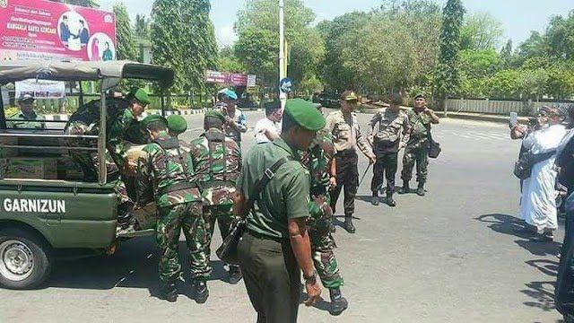 Masya Allah… TNI Bagikan Logistik Untuk Peserta Aksi Solidaritas Rohingya di Masjid An-Nur Dekat Borobudur