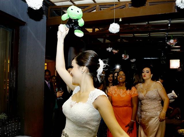 Jogando o Sapo Noivo de Pelúcia para as Amigas - Mini Wedding / Casamento