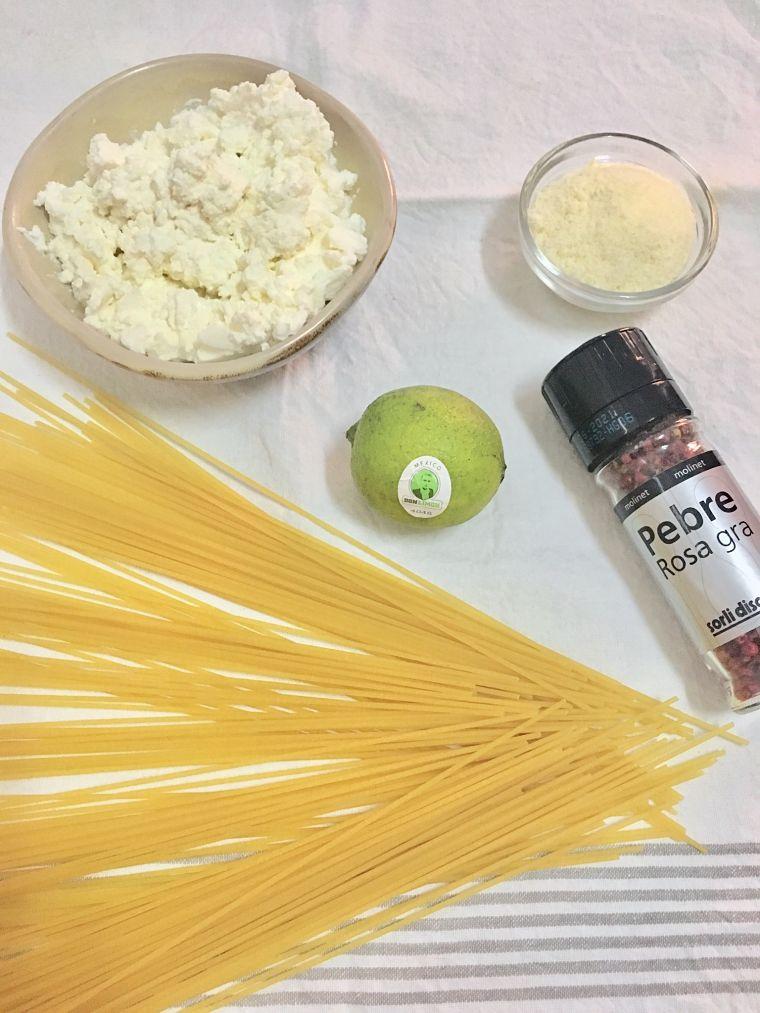 PUNTXET Spaghetti con ricotta, lima y pimienta rosa