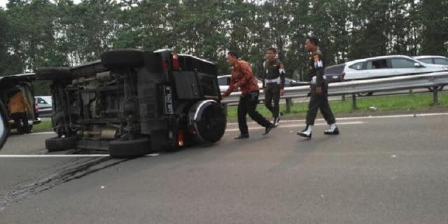 Duarrr! Mobil Pengawal Presiden Jokowi Terguling di Tol Jagorawi