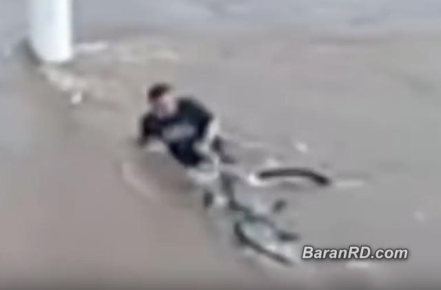 Video: Murió ahogado tras negarse a soltar su bicicleta