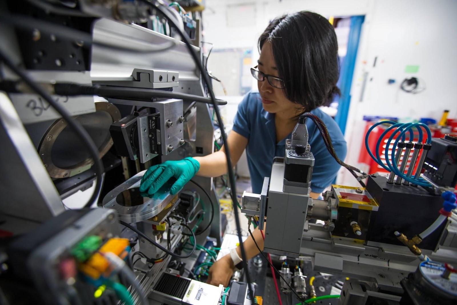 Pesquisadora em laboratório dos EUA que emprega sistemas de inteligência artificial para buscar novos materiais. SLAC
