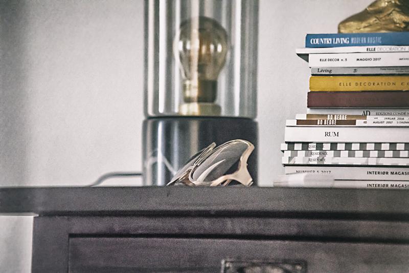 koti, sisustus, sisustaminen, livingspace, details, yksityiskohtia, Visualaddict, valokuvaaja, Frida Steiner, lamppu, aurinkolasit