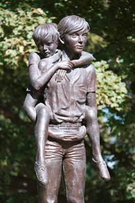 Meninos de Rua Ganham Estátua de Bronze de Enzo Piazzotta