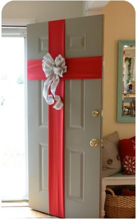 decorar la puerta con un moño, cómo decorar la puerta en navidad, formar de adornar la puerta