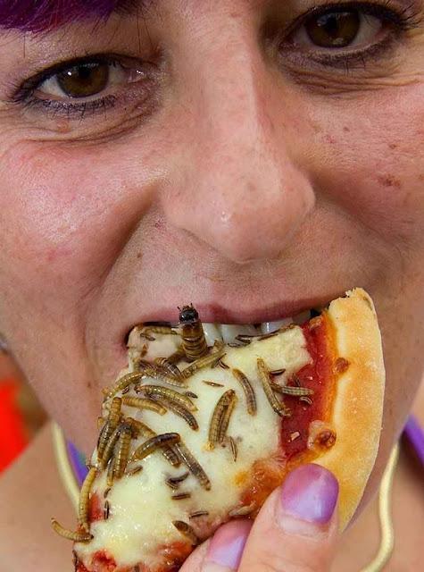 Pizza de insetos. O olhar da mulher transparece profundo mal-estar