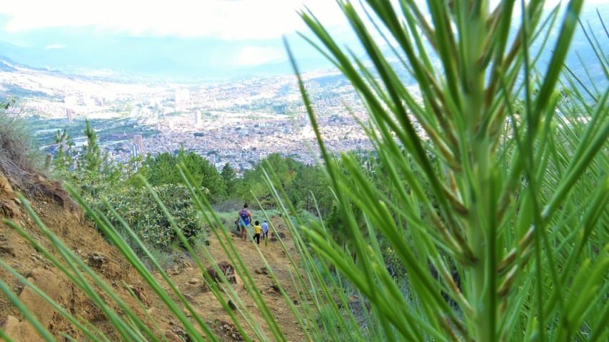 familias que suben a ver y conocer el cerro quitasol de Bello